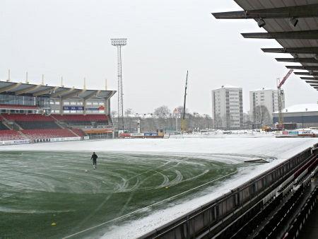 Behrn Arena halvklädd i en vinterskrud. Pricken i den bortre delen av den plogade delen av planen heter Porokara.