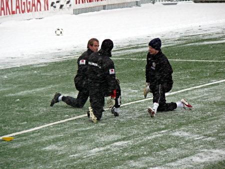 Målvakterna stretchar och utbyter yrkeshemligheter med varandra.