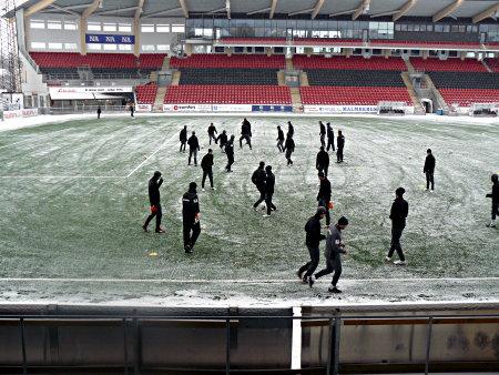 Vinterträning i ett nötskal. I förgrunden joggar Moses och Joakim Gren förbi. I bakgrunden uppe vid Lindells tränar Urban Juneholm och Glenn Holgersson (!).